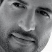 Ridefinire linee e volumi del volto maschile